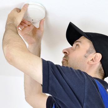 Handwerker montiert Rauchmelder